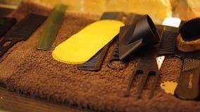Tabla con las tijeras y los condensadores de ajuste en la peluquer?a de caballeros, haciendo de cortes de pelo, maquinilla de afe metrajes