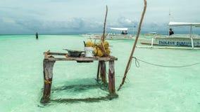 Tabla con los cocos que se colocan en el agua en el fondo de barcos del mar filipino 4K TimeLapse - agosto de 2016 almacen de metraje de vídeo