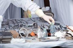 Tabla con los instrumentos de la cirugía fotos de archivo