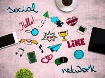 Tabla con los medios iconos sociales Imágenes de archivo libres de regalías