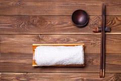 Tabla con los palillos, toalla del sushi Imagen de archivo libre de regalías