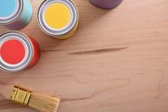 Tabla con los potes de pintura y cepillo para el detalle superior casero imágenes de archivo libres de regalías