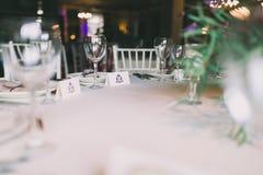 Tabla con namecards adornada para una boda Imagen de archivo libre de regalías