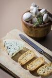 Tabla con queso Fotos de archivo libres de regalías