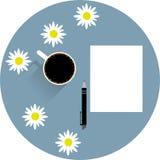 Tabla con una taza de flores de papel vacías de la pluma y de la manzanilla del café Fotos de archivo libres de regalías
