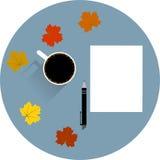 Tabla con una taza de pluma y de hojas de arce de papel vacías del café Fotos de archivo libres de regalías