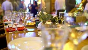 Tabla con variedad de la comida invitada a una celebración de la gente Banquete del banquete con los platos y la comida servida almacen de metraje de vídeo