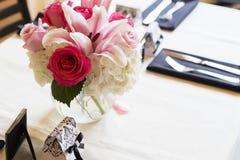 Tabla cuadrada con el mantel blanco adornado para casarse Imagen de archivo