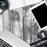 Tabla cuadrada del escritorio de la fotografía de la oficina con el ordenador portátil, la tableta, la cámara y el vidrio en back Foto de archivo libre de regalías