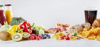 Tabla cubierta en comida y bebidas clasificadas imagenes de archivo