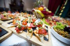 Tabla de banquete de abastecimiento maravillosamente adornada Foto de archivo libre de regalías