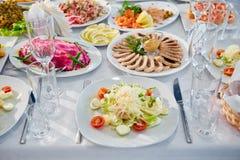 Tabla de banquete de abastecimiento maravillosamente adornada con diversa comida Imágenes de archivo libres de regalías
