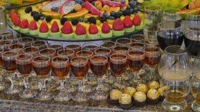 Tabla de banquete de abastecimiento maravillosamente adornada con diversos bocados y aperitivos de la comida en cumpleaños corpor almacen de video
