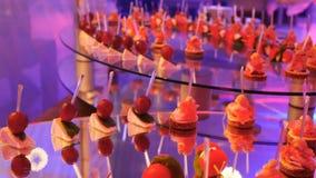 Tabla de banquete de abastecimiento maravillosamente adornada con diversos bocados y aperitivos de la comida en cumpleaños corpor almacen de metraje de vídeo