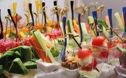 Tabla de banquete de abastecimiento maravillosamente adornada con el tomate del queso Imagen de archivo libre de regalías