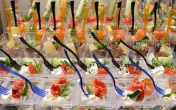 Tabla de banquete de abastecimiento maravillosamente adornada con el tomate del queso Imágenes de archivo libres de regalías