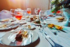 Tabla de banquete con la comida, como él ve a un hombre borracho, un alcohólico que bebió muchas bebidas alcohólicas imagen de archivo libre de regalías