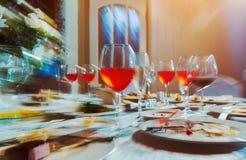 Tabla de banquete con la comida, como él ve a un hombre borracho, un alcohólico que bebió muchas bebidas alcohólicas imagen de archivo