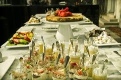 Tabla de banquete con los dulces fotografía de archivo