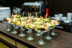 Tabla de banquete de abastecimiento maravillosamente adornada con diversa comida Imagen de archivo libre de regalías