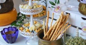 Tabla de banquete de abastecimiento maravillosamente adornada con diversos bocados y aperitivos de la comida metrajes