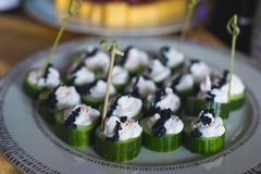 Tabla de banquete de abastecimiento maravillosamente adornada con diversos bocados y aperitivos de la comida Foto de archivo libre de regalías