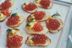 Tabla de banquete de abastecimiento maravillosamente adornada con diversos bocados y aperitivos de la comida Fotografía de archivo
