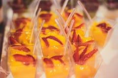 Tabla de banquete de abastecimiento maravillosamente adornada con diversos bocados y aperitivos de la comida Imagen de archivo