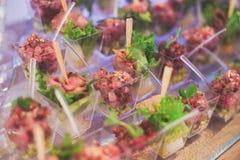 Tabla de banquete de abastecimiento maravillosamente adornada con diversos bocados y aperitivos de la comida Fotos de archivo