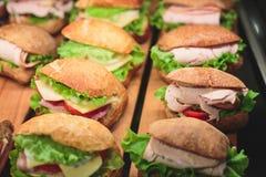 Tabla de banquete de abastecimiento maravillosamente adornada con diversos bocados y aperitivos de la comida con el bocadillo Fotos de archivo