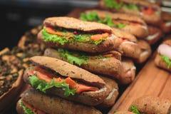 Tabla de banquete de abastecimiento maravillosamente adornada con diversos bocados y aperitivos de la comida con el bocadillo Imagenes de archivo