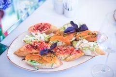 Tabla de banquete de abastecimiento maravillosamente adornada con diversos bocados y aperitivos de la comida con el bocadillo Foto de archivo libre de regalías