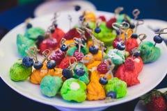 Tabla de banquete de abastecimiento maravillosamente adornada con diversos bocados y aperitivos de la comida en evento corporativ Fotografía de archivo libre de regalías