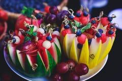 Tabla de banquete de abastecimiento maravillosamente adornada con diversos bocados y aperitivos de la comida en evento corporativ Imágenes de archivo libres de regalías
