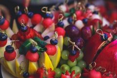 Tabla de banquete de abastecimiento maravillosamente adornada con diversos bocados y aperitivos de la comida en evento corporativ Imagen de archivo libre de regalías