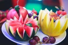 Tabla de banquete de abastecimiento maravillosamente adornada con diversos bocados y aperitivos de la comida en evento corporativ Imagen de archivo
