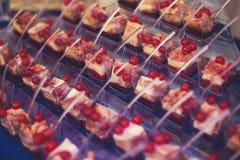 Tabla de banquete de abastecimiento maravillosamente adornada con diversos bocados y aperitivos de la comida en evento corporativ Fotos de archivo