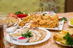 Tabla de banquete del abastecimiento, Canapes en la tabla del restaurante, abastecimiento, b Imagen de archivo