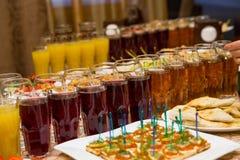 Tabla de banquete del abastecimiento, Canapes en la tabla del restaurante, abastecimiento, b Fotografía de archivo libre de regalías