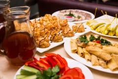 Tabla de banquete del abastecimiento, Canapes en la tabla del restaurante, abastecimiento, b Foto de archivo libre de regalías
