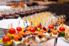Tabla de banquete del abastecimiento, Canapes en la tabla del restaurante, abastecimiento, b Fotografía de archivo