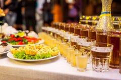 Tabla de banquete del abastecimiento, Canapes en la tabla del restaurante, abastecimiento, b Imagenes de archivo