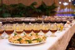 Tabla de banquete del abastecimiento, Canapes en la tabla del restaurante, abastecimiento, b Fotos de archivo