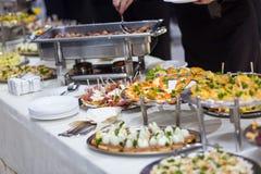 Tabla de banquete del abastecimiento, Canapes en la tabla del restaurante, abastecimiento, b Imagen de archivo libre de regalías
