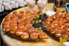 Tabla de banquete del abastecimiento, Canapes en la tabla del restaurante, abastecimiento, b Imágenes de archivo libres de regalías