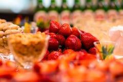 Tabla de banquete del abastecimiento, Canapes en la tabla del restaurante, abastecimiento, b Fotos de archivo libres de regalías