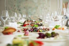 Tabla de banquete del abastecimiento, Canapes en la tabla del restaurante, abastecimiento, b Foto de archivo