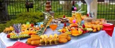 Tabla de banquete del abastecimiento, comida fría con bocados en el evento al aire libre Fotos de archivo