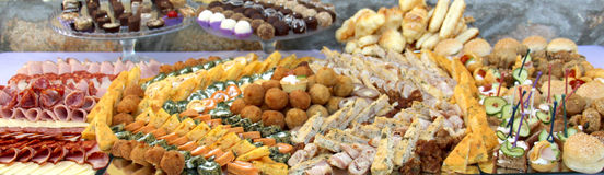 Tabla de banquete del abastecimiento, comida fría con bocados en el evento al aire libre Imagen de archivo libre de regalías