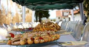 Tabla de banquete del abastecimiento, comida fría con bocados en el evento al aire libre Imágenes de archivo libres de regalías